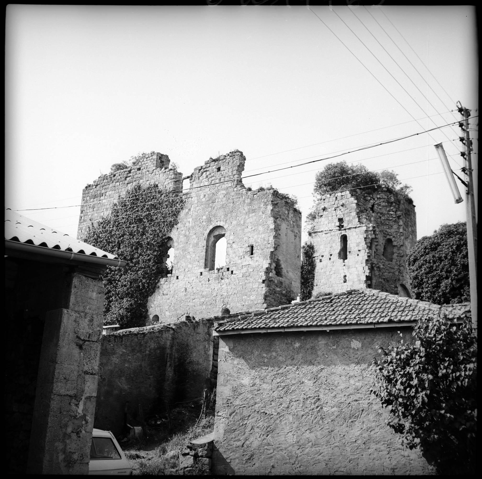Enceinte en ruines depuis des maisons