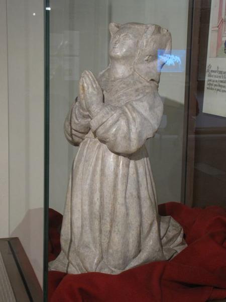 statue : Guigone de Salins, vue générale