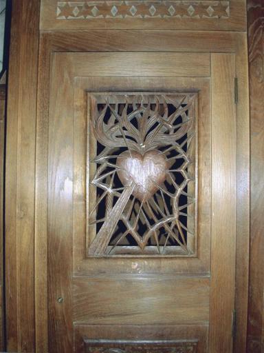 Confessionnal, détail motif de coeur transpercé