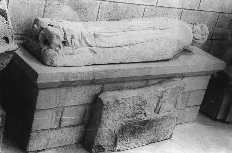 Dalle funéraire (gisant), pierre