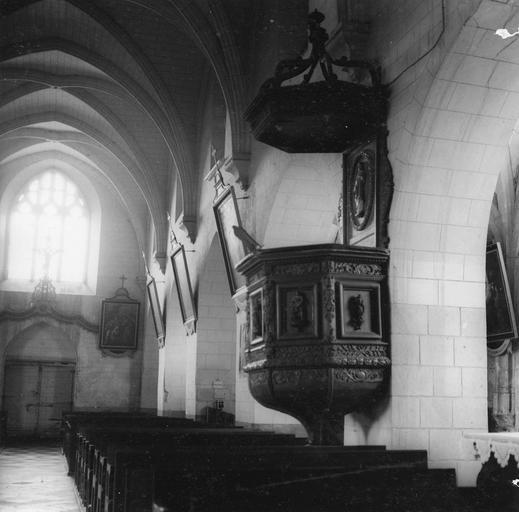 Chaire à prêcher dans la nef