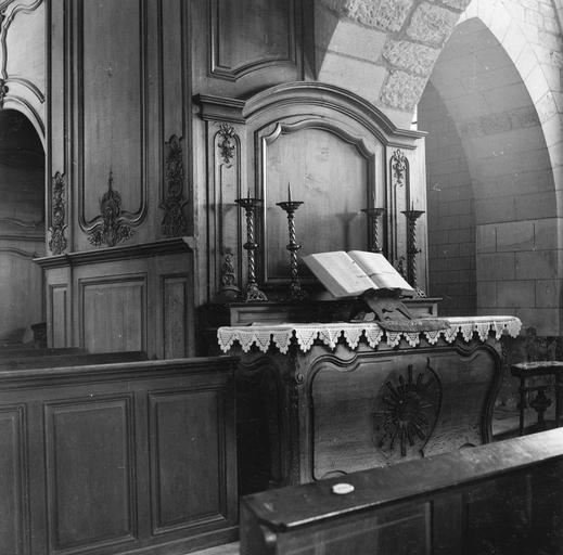 Lambris de revêtement du transept, avec autel latéral