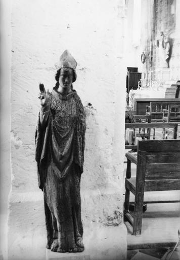 Statue : évêque, bois, 14e siècle, traité et présenté à l'intérieur de l'église