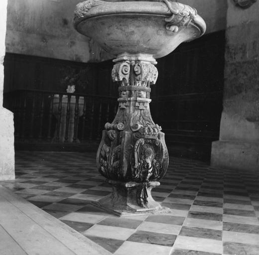 Bénitier, marbre, cerclé de fer au cours d'une réparation