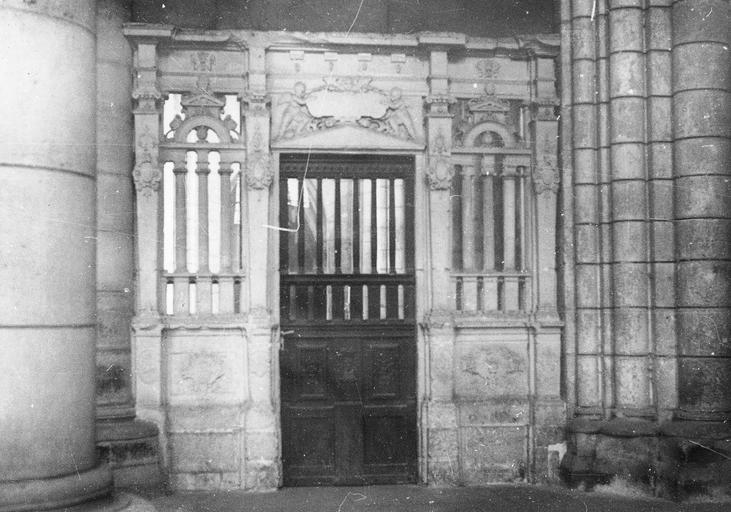 Clôtures (28), portes (28) des chapelles latérales