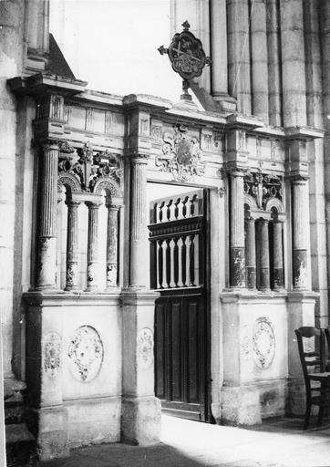 Clôture du chapelle latérale, pierre, 16e siècle