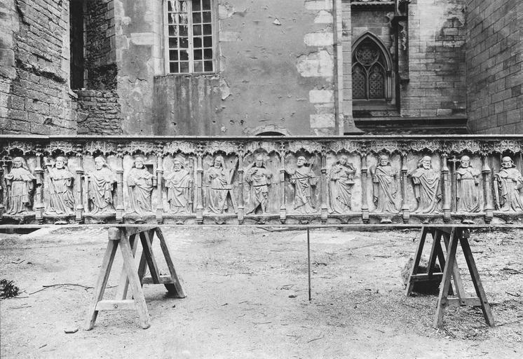 Poutre de gloire, bas-relief : Christ et les douze apôtres