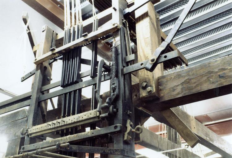 Métier à tisser, mécanique d'armure avec carton et couteaux prévue pour 24 lames, seules 8 sont montées