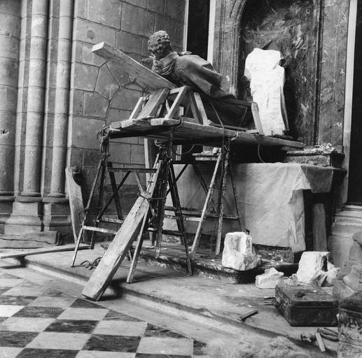 Statue : saint Gervais ou saint Protais, pierre, 18e siècle, en cours de dépose