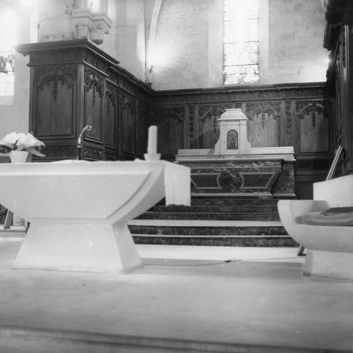 Vue du choeur avec autel et lambris de revêtement (boiseries)