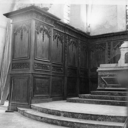 Vue du choeur avec autel et lambris de revêtement (boiseries), partie gauche