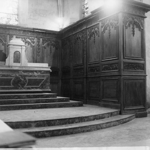 Vue du choeur avec autel et lambris de revêtement (boiseries), partie droite