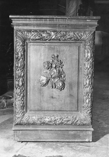 Stalle isolée, bois, 1ère moitié du 17e siècle, détail d'un motif floral sur le côté