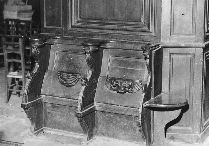 Deux stalles à dossier, bois, 17e siècle