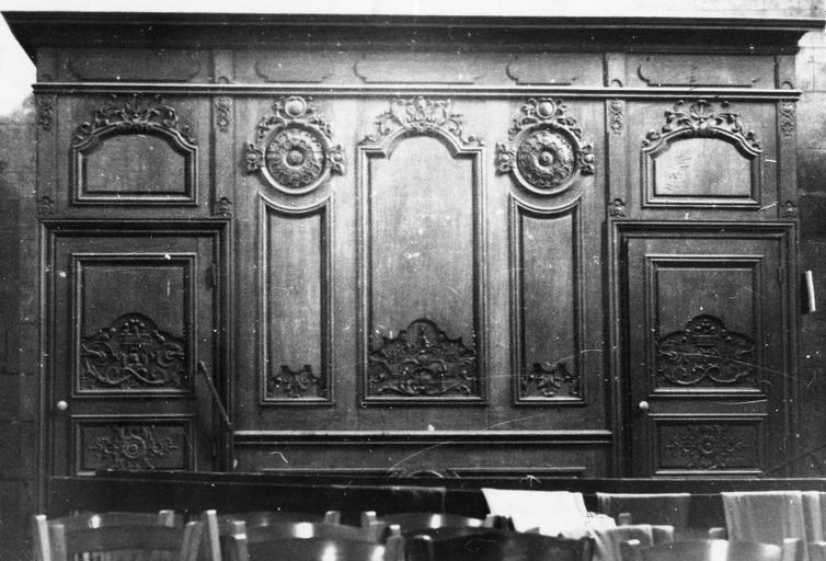 panneaux de boiseries sculptés, réemployés dans le tambour de la porte, 18e s