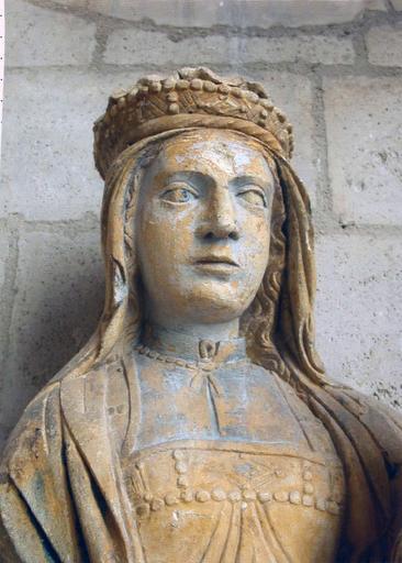 Statue : Vierge à l'Enfant, détail du visage et du buste de la Vierge