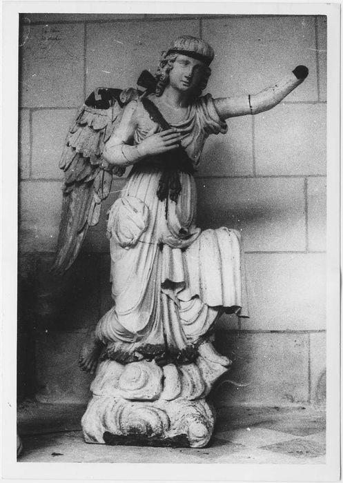 Deux statues d'anges (provenant de deux chapelles de la cathédrale)