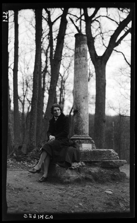 Marguerite Baldet assise sur le rebord de la croix