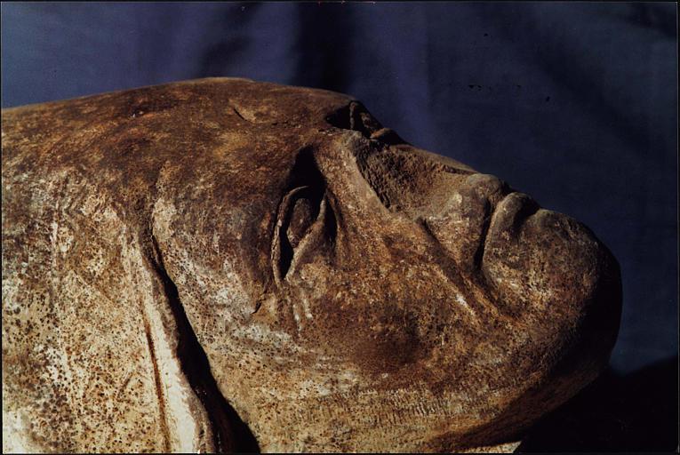 Fragment du gisant dit de saint Mayeul : tête d'abbé mitré