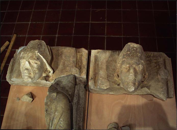 Fragment du gisant dit de saint Mayeul (à gauche) : partie haute du corps et tête