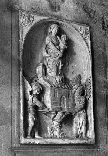 Fragment de bas-relief représentant La maison de Lorette, pierre, 16e siècle