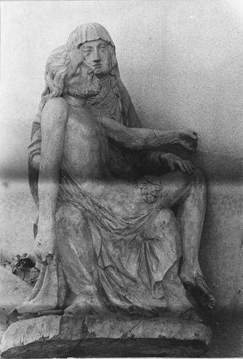 Groupe sculpté : Vierge de Pitié, bois, 17e siècle, vue de la face, avant restauration