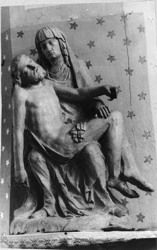 Groupe sculpté : Vierge de Pitié, bois, 17e siècle, vue de face, en cours de restauration
