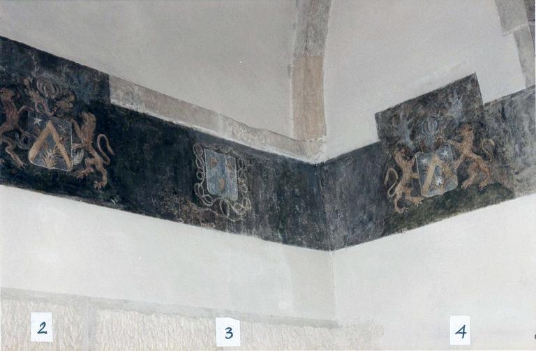 Chapelle de la Conception de la Vierge, peintures murales, détail de la frise de blasons ornant le haut du mur, après restauration