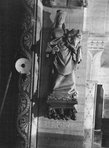 Statue : Vierge à l'Enfant, placée sur le contrefort extérieur, pierre, 16e siècle