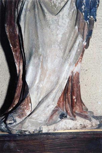 Statue : Vierge à l'Enfant, détail de la partie basse, avant restauration