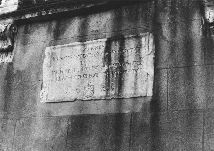 Plaque funéraire avec inscription de Jean de Lingendes, conseiller au Présidial, mort en 1629, marbre, 17e siècle