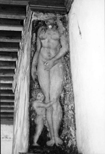 Cheminée du 1er, peinture murale ornant une des faces latérales, Vénus et Cupidon, 16e siècle, avant restauration