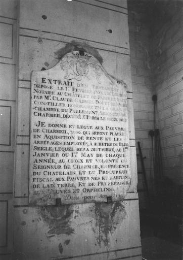 Plaque commémorative de fondation aux armes de Claude-Gabriel Douhet de Vichy, seigneur de Charmeil, marbre, 1787