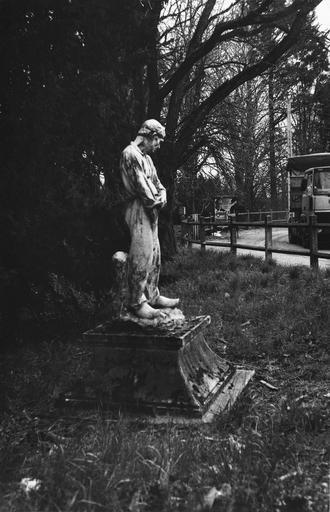 Statue (grandeur nature) : Le Paysan, par  Dalou (1838-1902), grès émaillé, 1900, vue du profil droit
