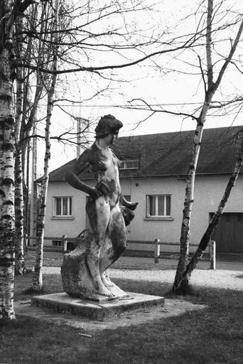 Statue : Allégorie de la sculpture, par Cordonnier (1848-1930), marbre blanc, 1900, vue du profil droit