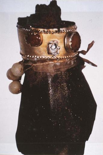 Fragment de statue : mains de la Vierge noire, bois sculpté avec bracelets, argent, vermeil, et plusieurs intailles de pierres dures (quartz, cornaline, calcédoine) et boules de cire, 12e siècle (?), vue de face