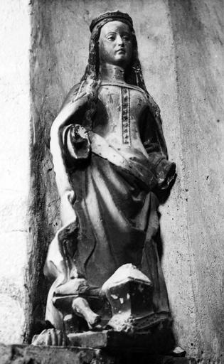 Statue : sainte Catherine, pierre, 15e siècle, vue de face, avant restauration