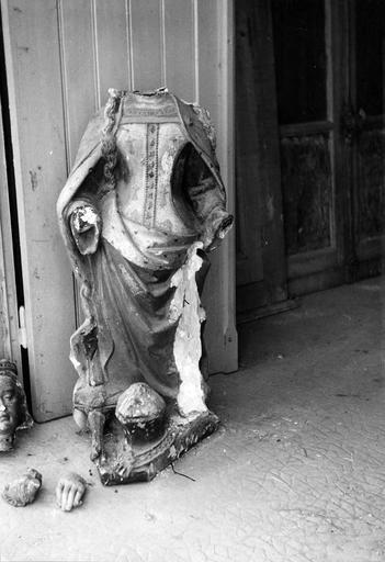 Statue : sainte Catherine, pierre, 15e siècle, en cours de restauration