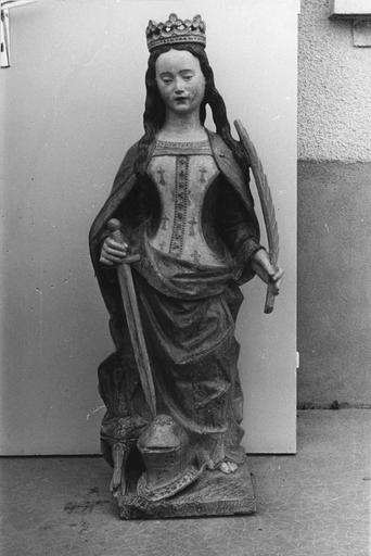 Statue : sainte Catherine, pierre, 15e siècle, vue de face après restauration