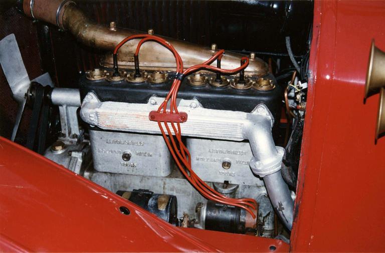 Voiture automobile Rolland-Pilain, type CR, série G, de 1920-1921, transformée en véhicule d'intervention pour le corps des sapeur-pompiers, détail de la batterie