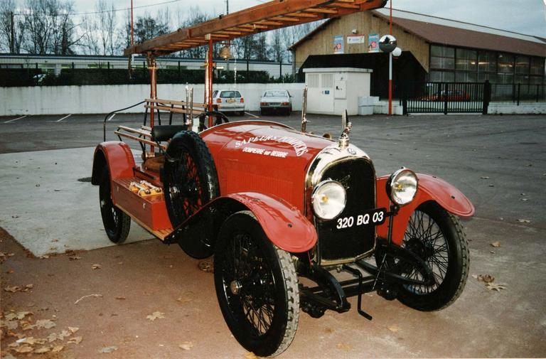 Voiture automobile Rolland-Pilain, type CR, série G, de 1920-1921, transformée en véhicule d'intervention pour le corps des sapeur-pompiers, détail de l'avant