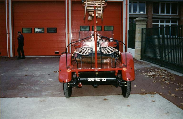 Voiture automobile Rolland-Pilain, type CR, série G, de 1920-1921, transformée en véhicule d'intervention pour le corps des sapeur-pompiers, détail de l'arrière