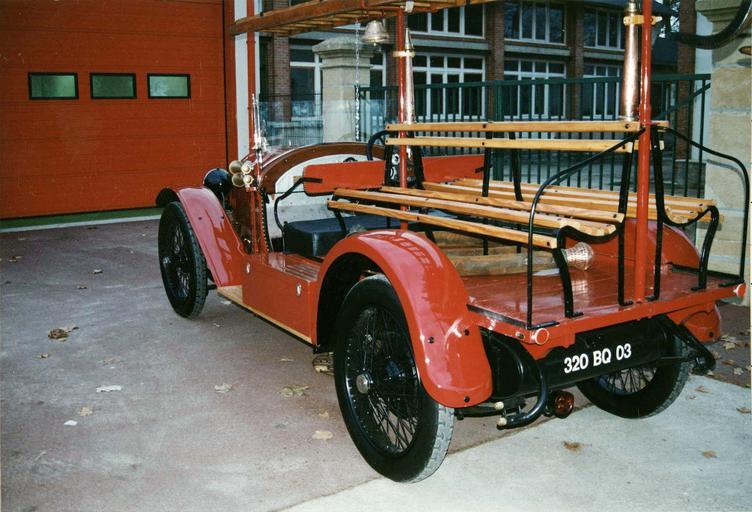 Voiture automobile Rolland-Pilain, type CR, série G, de 1920-1921, transformée en véhicule d'intervention pour le corps des sapeur-pompiers, détail de l'arrière par la gauche