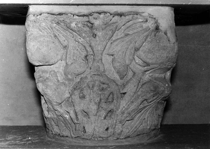 Chapiteau pierre sculptée, motifs de rinceaux végétaux,  Moyen-Age
