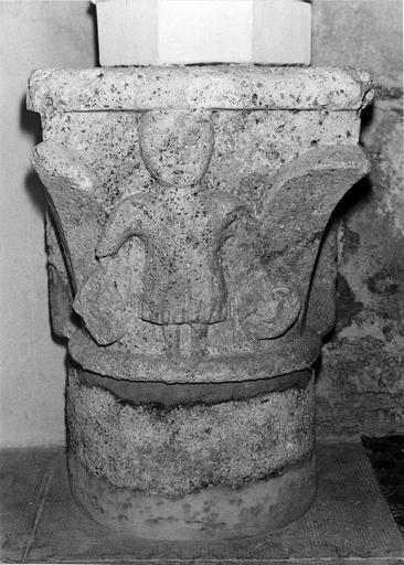 Chapiteau pierre sculptée, figure masculine,  Moyen-Age