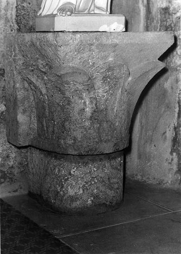 Chapiteau pierre sculptée, feuilles d'acanthes stylisées,  Moyen-Age