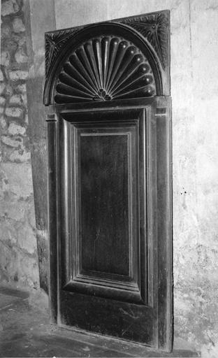 Stalle en bois sculpté ornée d'un décor rayonnant en partie supérieure, 16e siècle, vue par la droite