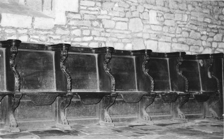 Stalles en bois sculpté ornées de motifs végétaux stylisés sur les côtés, vue d'ensemble