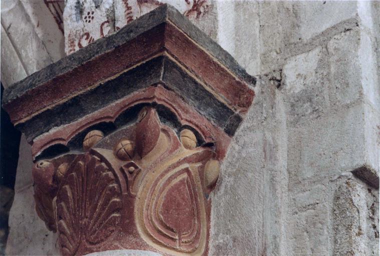 Peintures murales sur un chapiteau orné d'un décor végétal stylisé, après intervention
