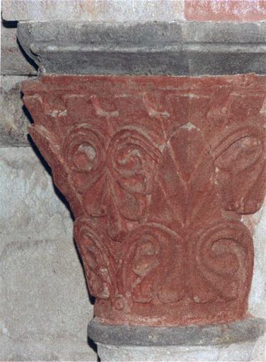 Peintures murales sur chapiteau orné d'un décor végétal stylisé, après intervention